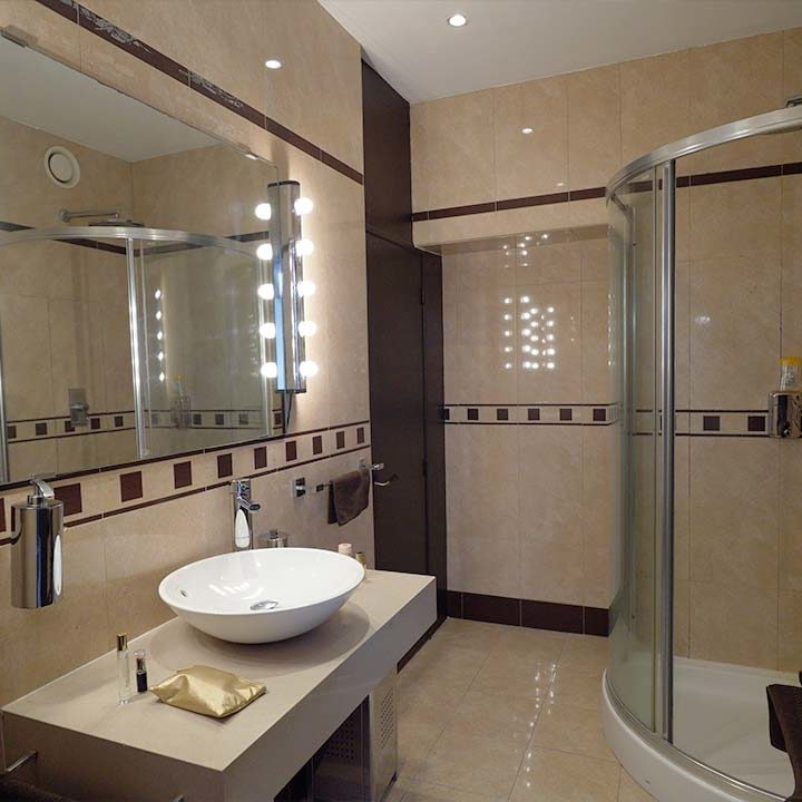 Powder room with shower - film studio in Paris - Videology Studio