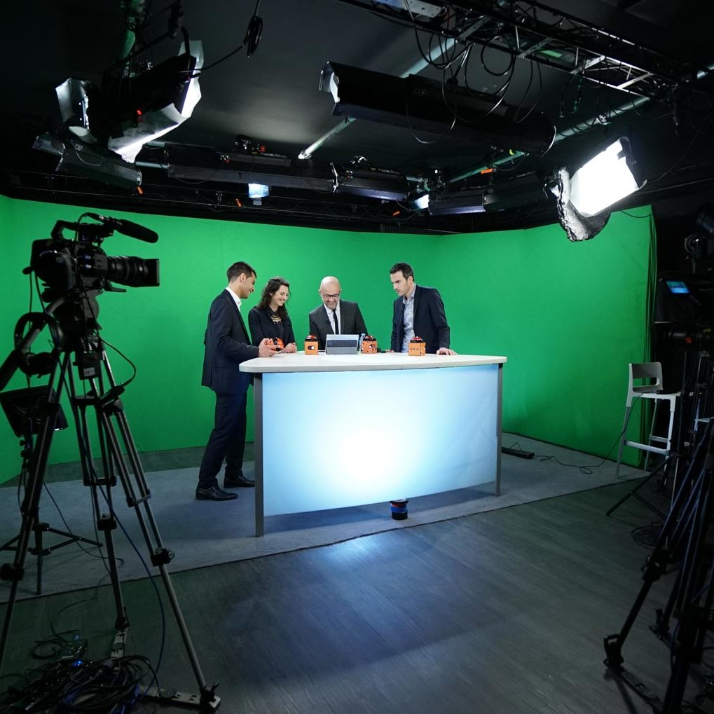 Talk show dest set - video production studio in Paris - Videology